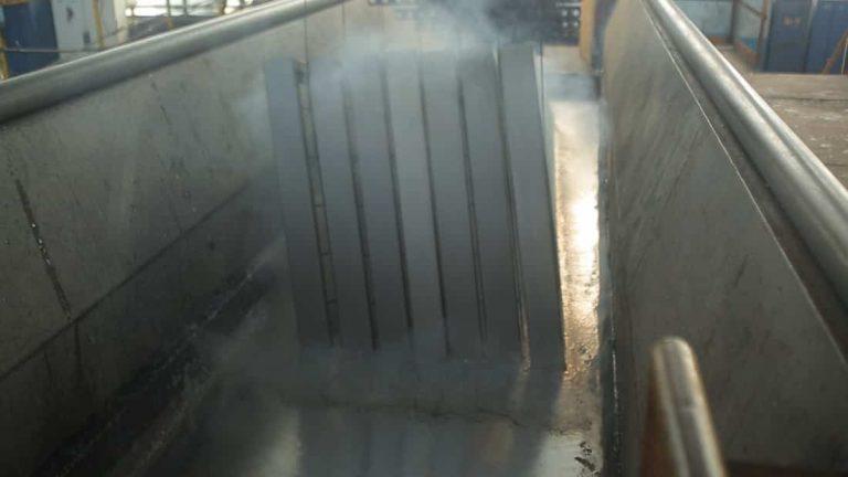 Zanurzanie konstrukcji stalowej wwannie zrozgrzanym cynkiem
